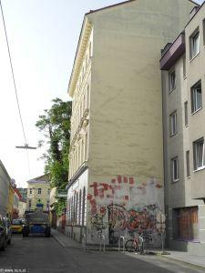 Der Kran als ein erstes Zeichen, dass die Tristess bald vorbei ist.  http://www.janaundjs.com (c) Sabina Naßner-Nitsch